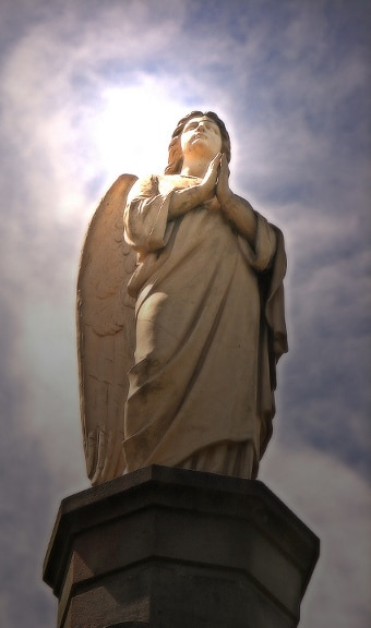 N'oublions pas nos chers anges-gardiens ! - Page 2 Angel_statueScaled